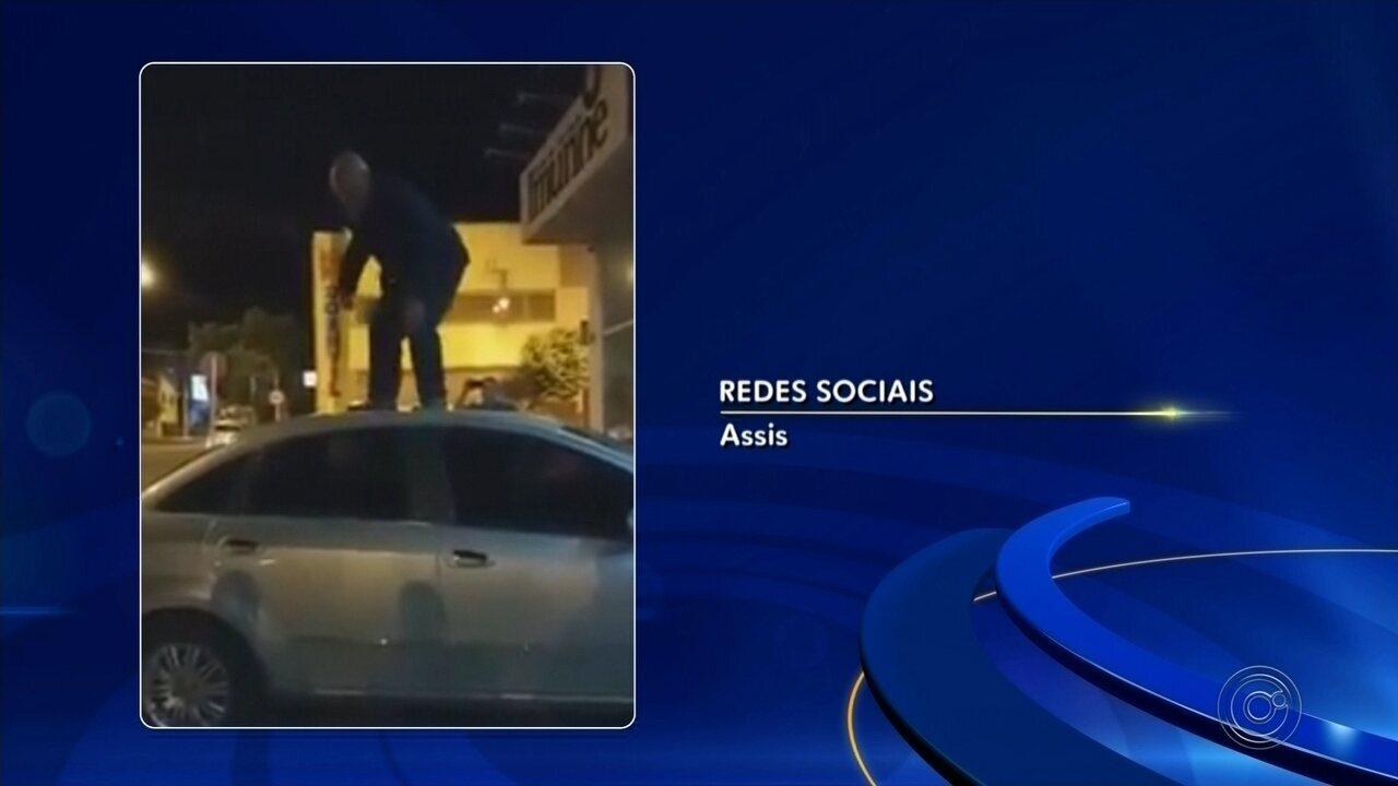 Vereador de Assis é detido após surtar e quebrar próprio carro