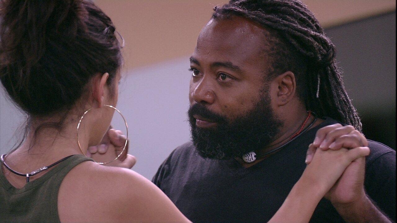 Rodrigo abraça Hana e pede: 'Dignidade'