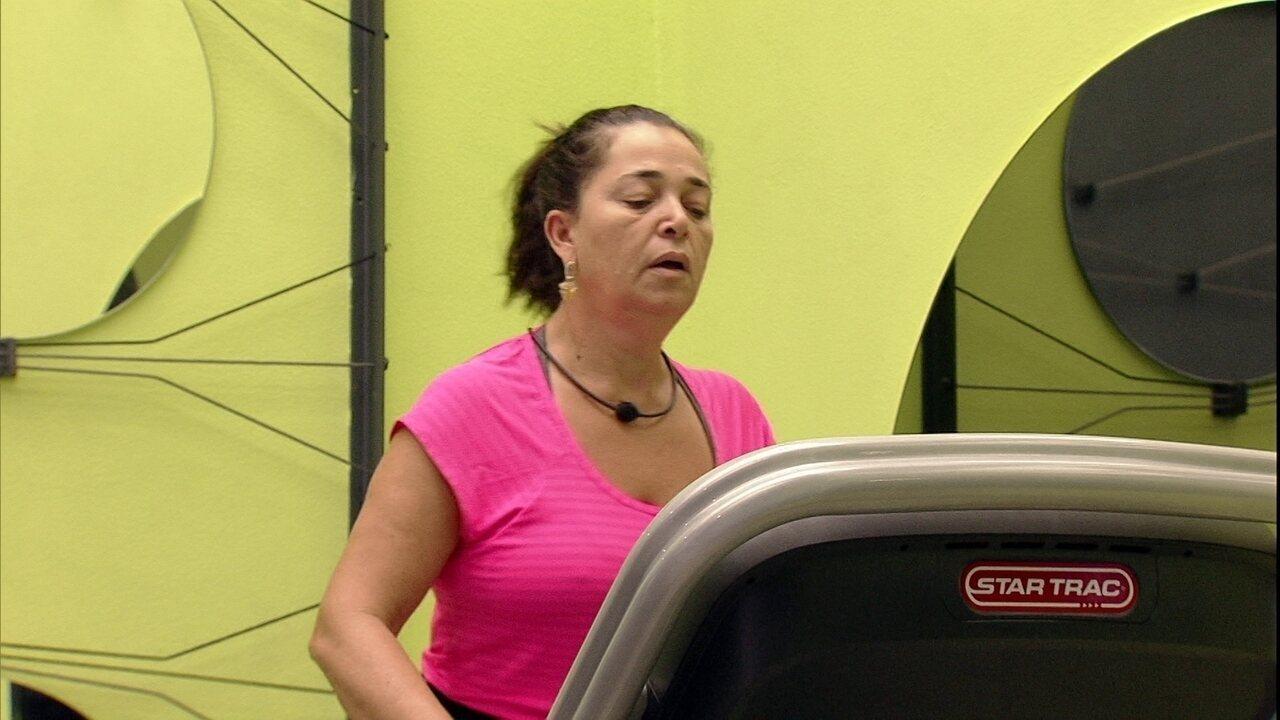 Tereza se exercitando na academia