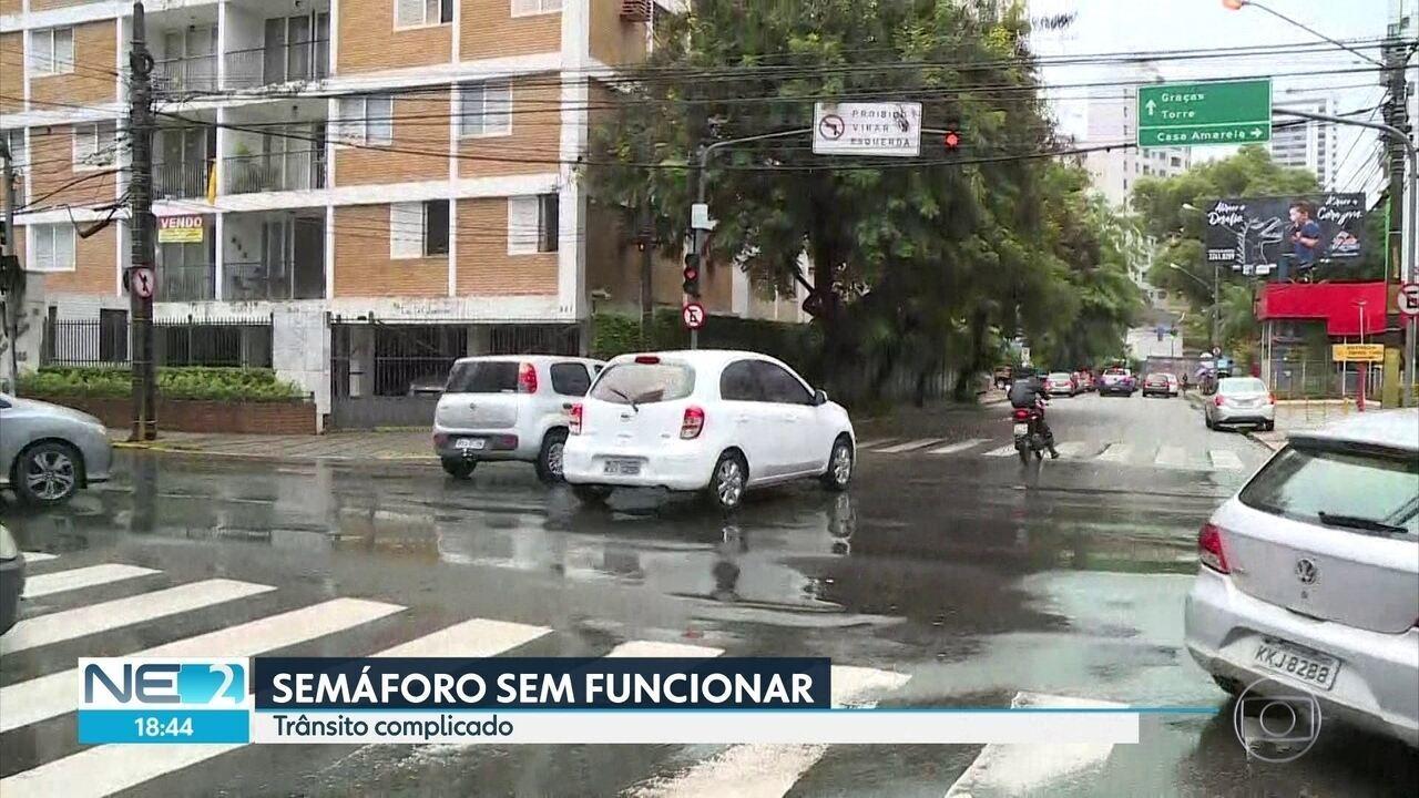 Chuva danifica semáforos e trânsito fica complicado no Recife