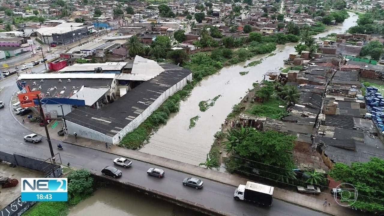 Chuva causa deslizamento de barreira e alagamentos no Grande Recife