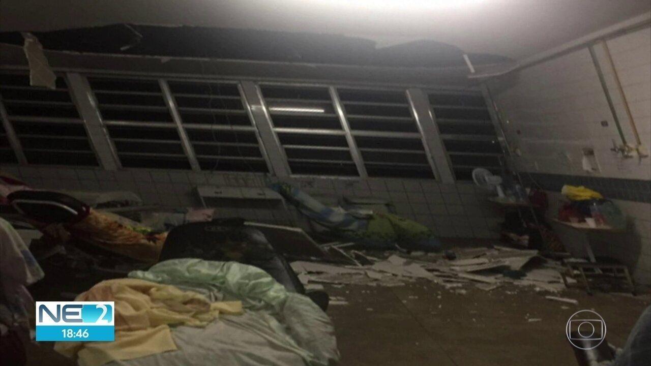 Chuva causa desabamento do forro de teto de hospital e vazamento em estação de metrô