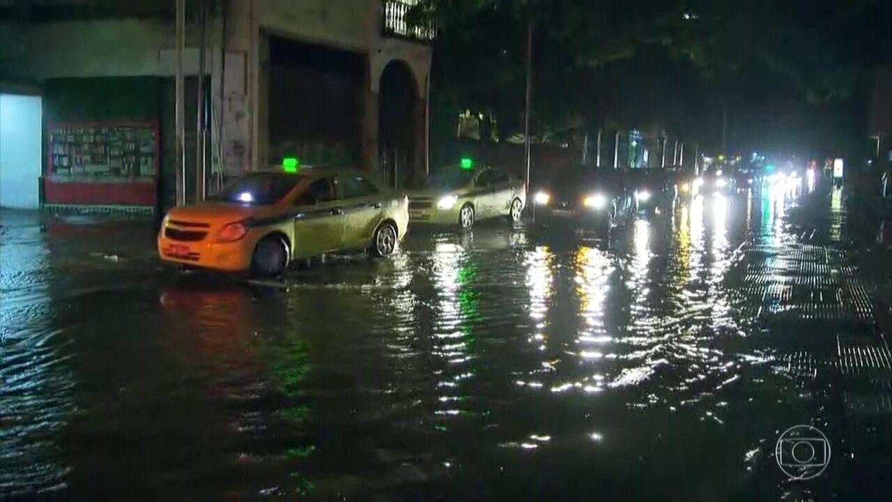 Prefeito do Rio pede para população não sair de casa por causa da chuva