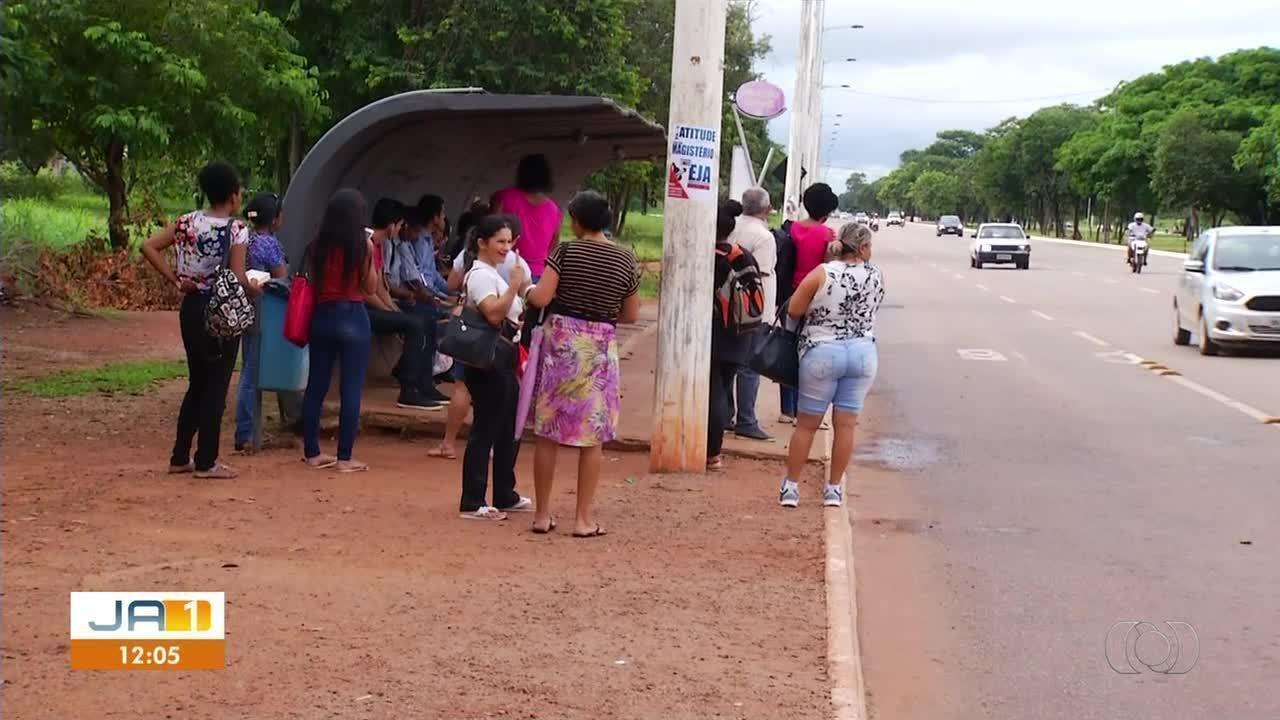 Passageiros saíram correndo atrás de ladrões durante assalto em estação de ônibus
