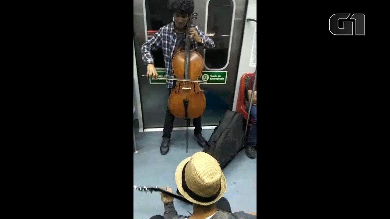 Amigos cantam em trem de Mogi a São Paulo para arrecadar dinheiro para pré-vestibular