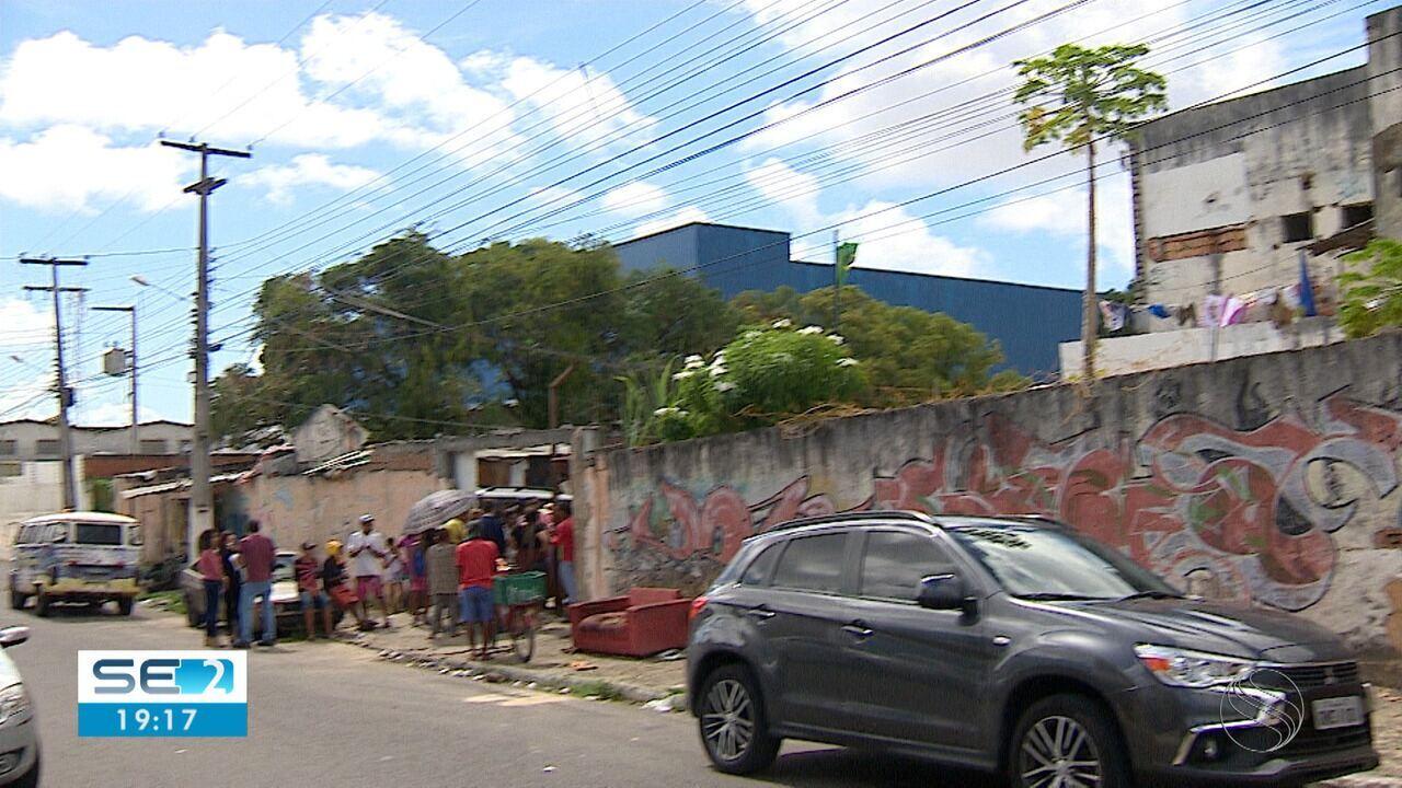 Moradores que ocupavam prédio de antiga clínica são realocados para galpão