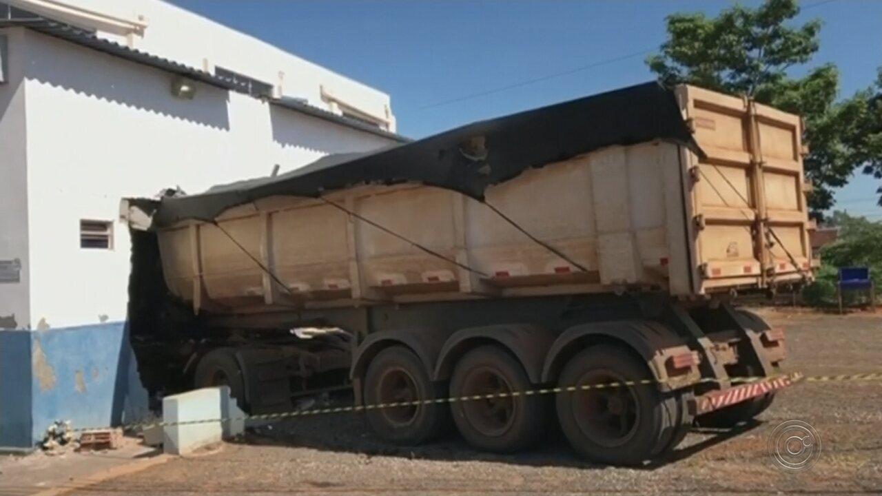 Caminhão invade igreja e deixa prédio destruído em Guaiçara