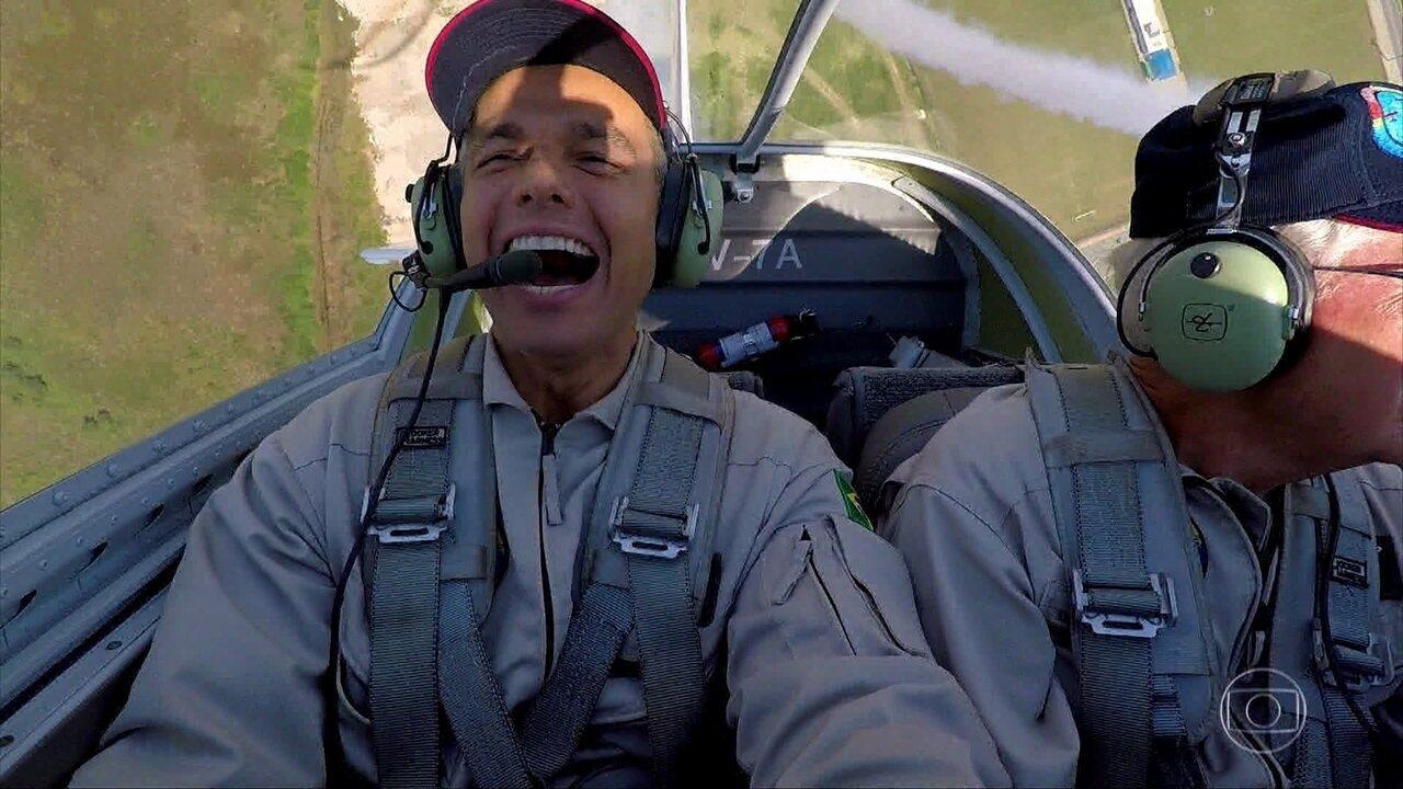 'Os Impressionantes': Otaviano Costa aceita desafio e pega carona em voo acrobático