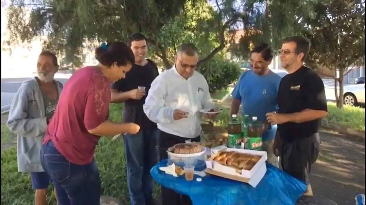Homem em situação de rua ganha festa surpresa de aniversário: 'Primeira da vida'