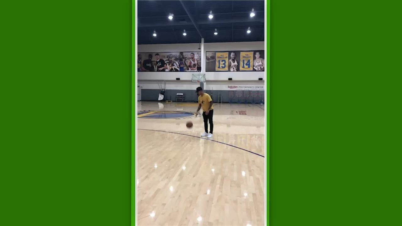 Gabriel Medina bate bola no treino do Golden State Warriors