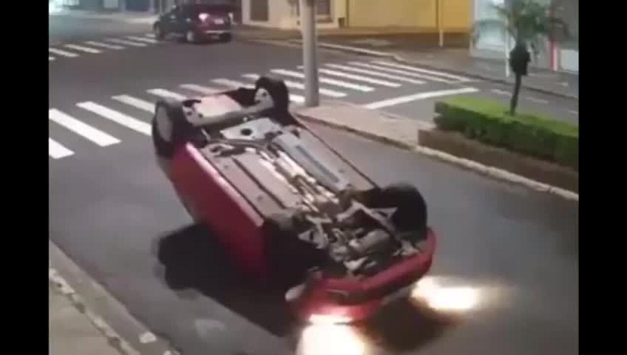 Carro capota em avenida de Botucatu
