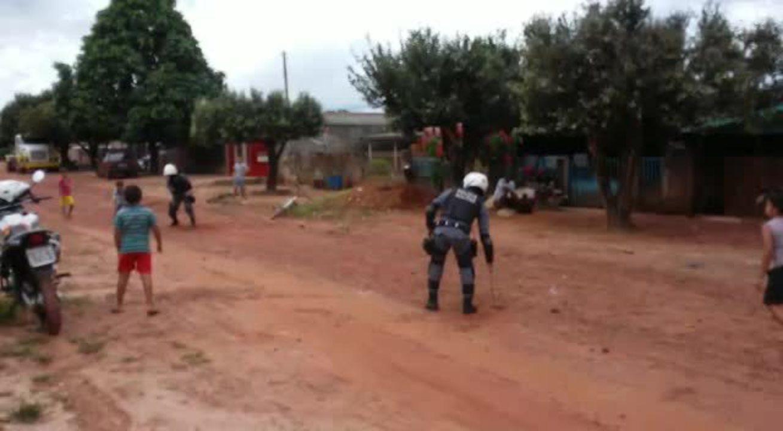 Policiais brincam com crianças em MT