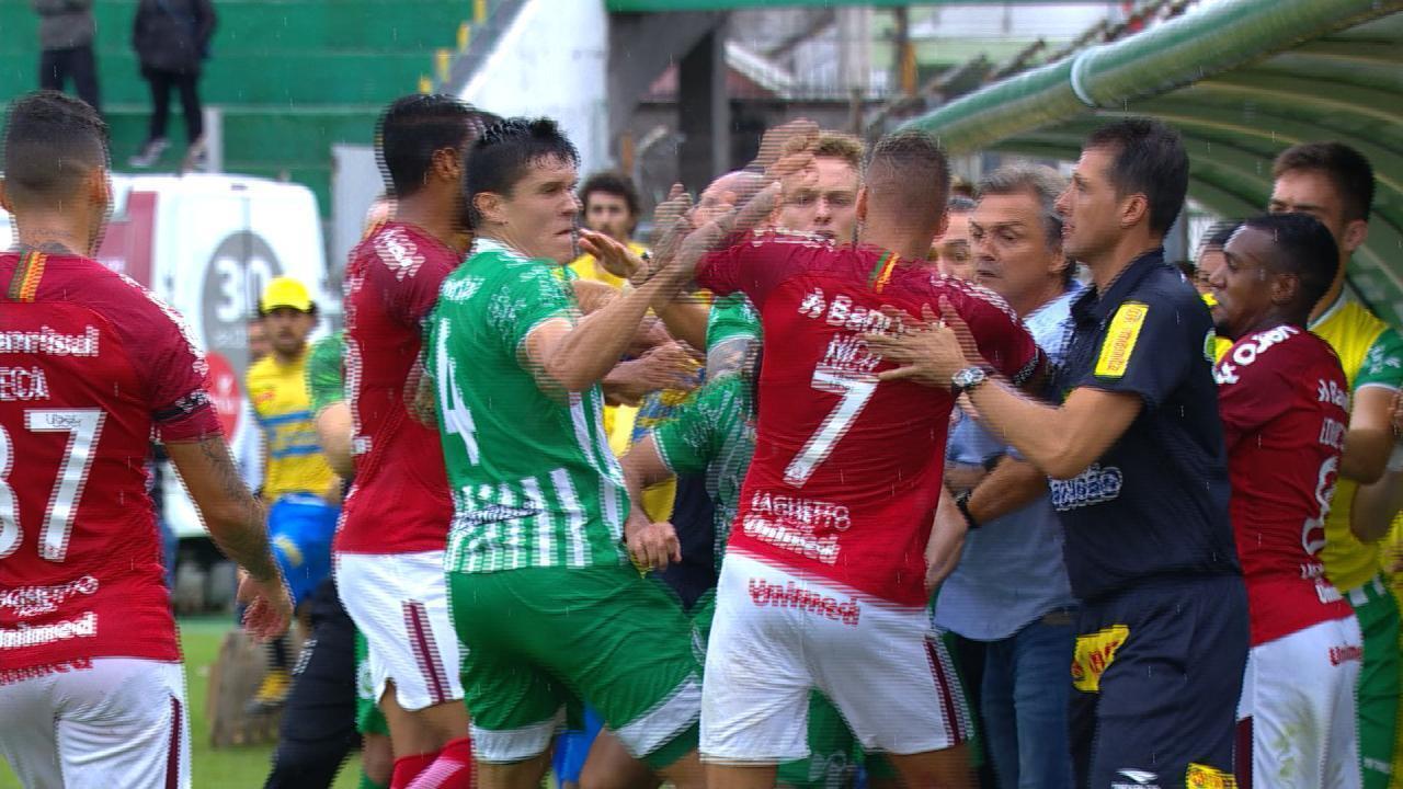 Jogadores de Inter e Juventude geram confusão com agressão, aos 42 do 1'T