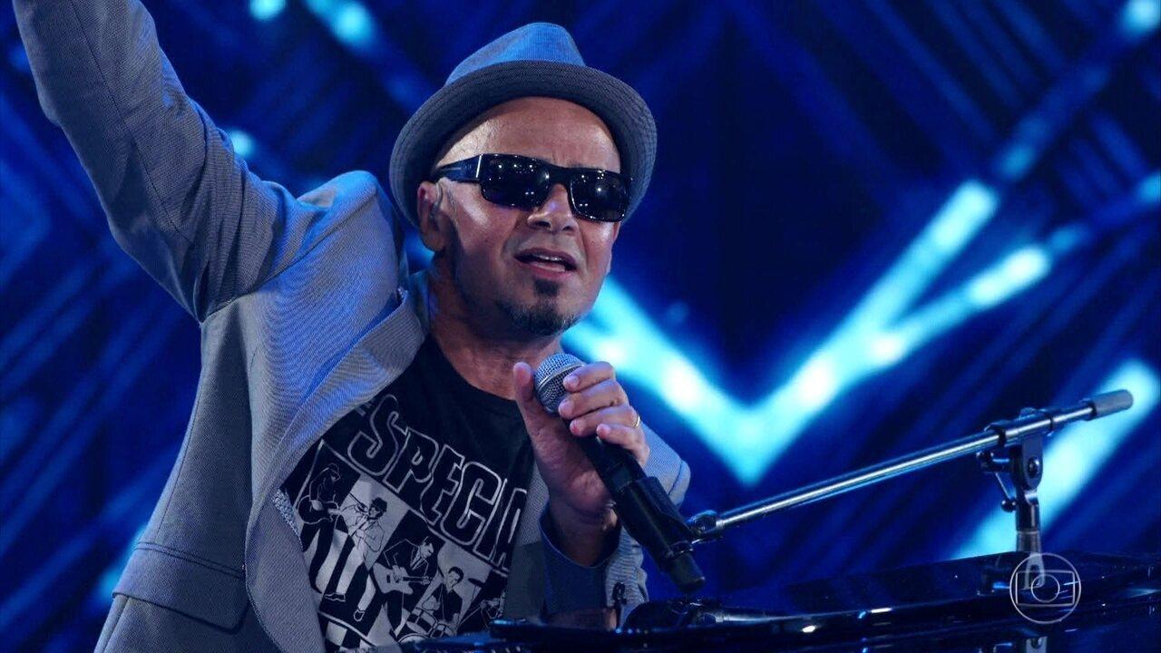 'Domingão' canta 'Epitáfio' junto com os Titãs