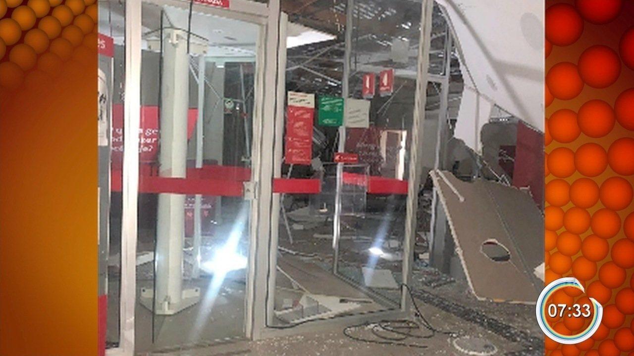 Criminosos explodem três bancos e atacam base da PM em São Bento do Sapucaí