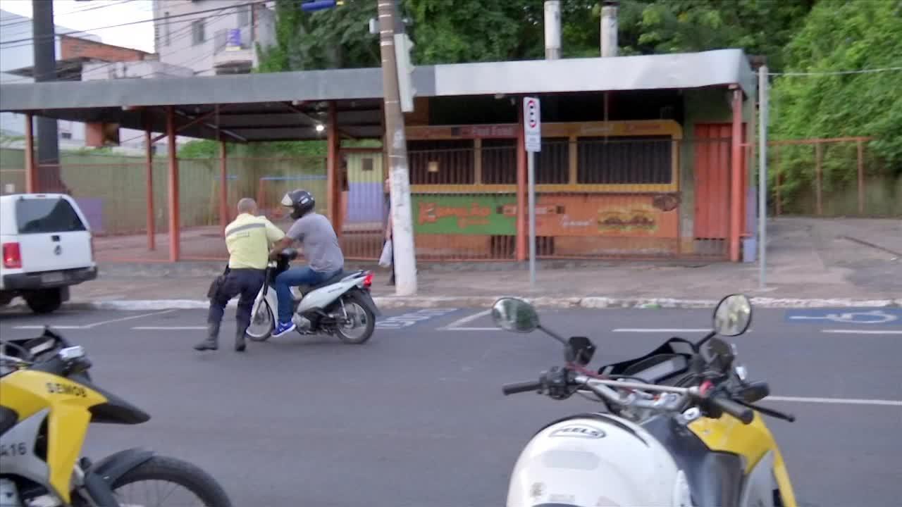 Motociclista foge de abordagem de guardas de trânsito em Cuiabá - Crédito: José Dalci/ TVCA