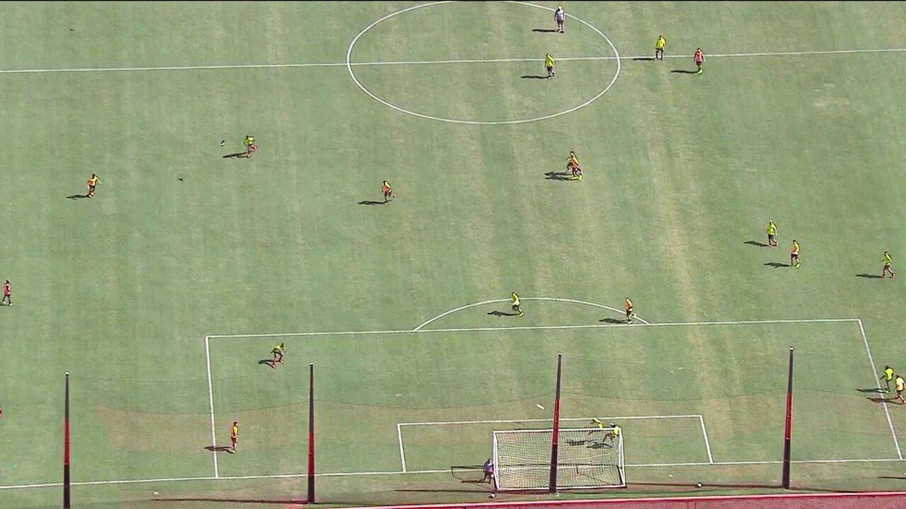 Elenco profissional do Flamengo volta a treinar após tragédia no Ninho do Urubu