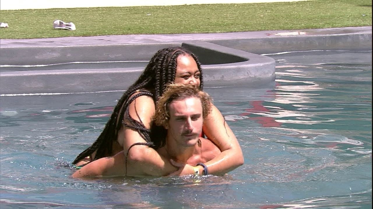 Rízia e Alan nadam abraçados e sister brinca: 'Fura-olho da amiga'