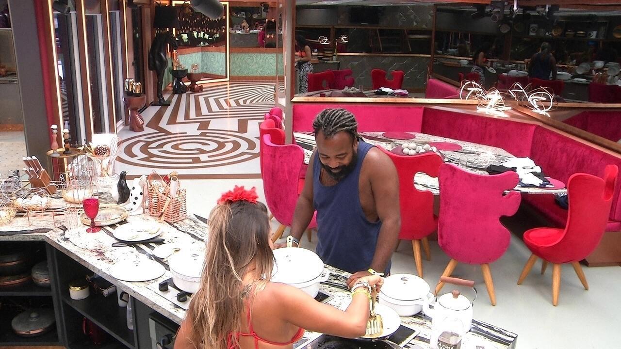 Paula reclama da louça suja e Carolina justifica: 'Estamos largados'