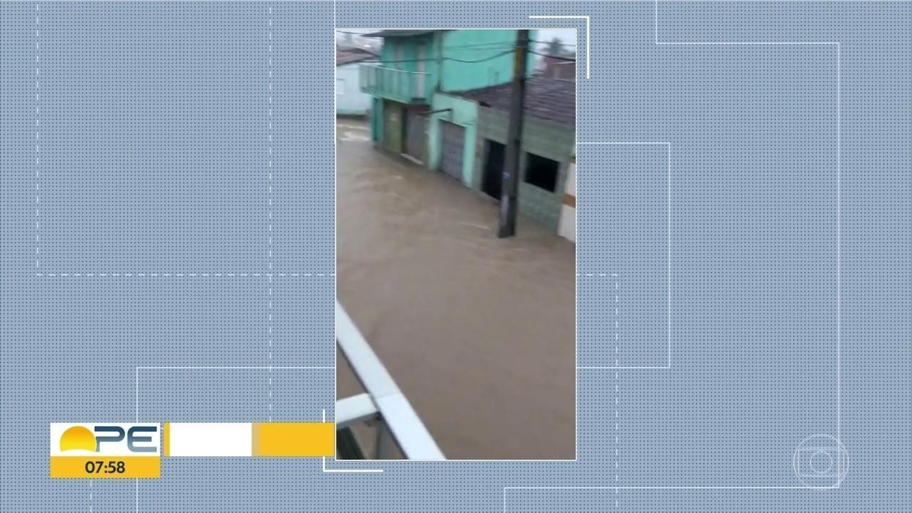 Chuva provoca alagamentos em Condado, na Zona da Mata Norte de Pernambuco