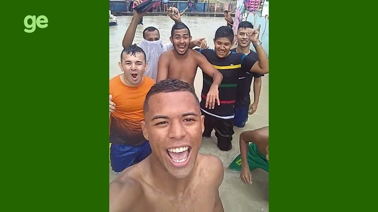 ce59505d203 Zagueiro sub-20 do CSA brinca com alagamento em Manaus