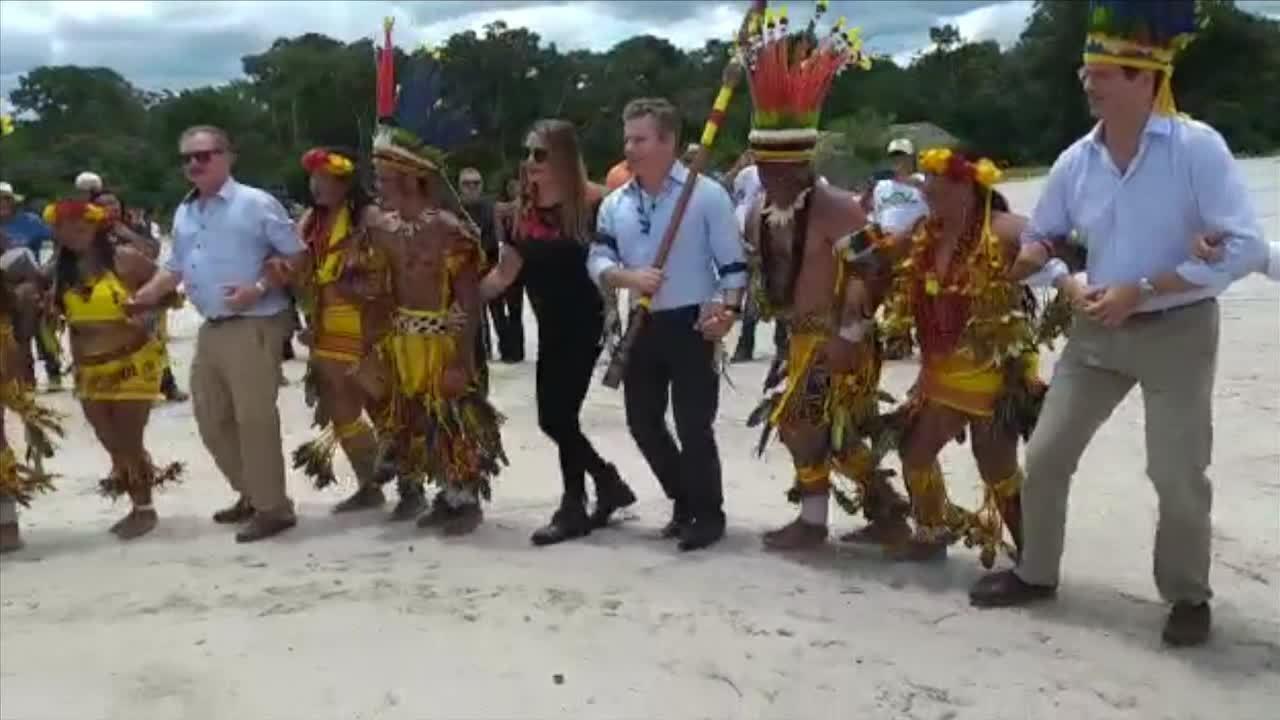 Ministros da Agricultura e do Meio Ambiente visitam aldeia e dançam com índios