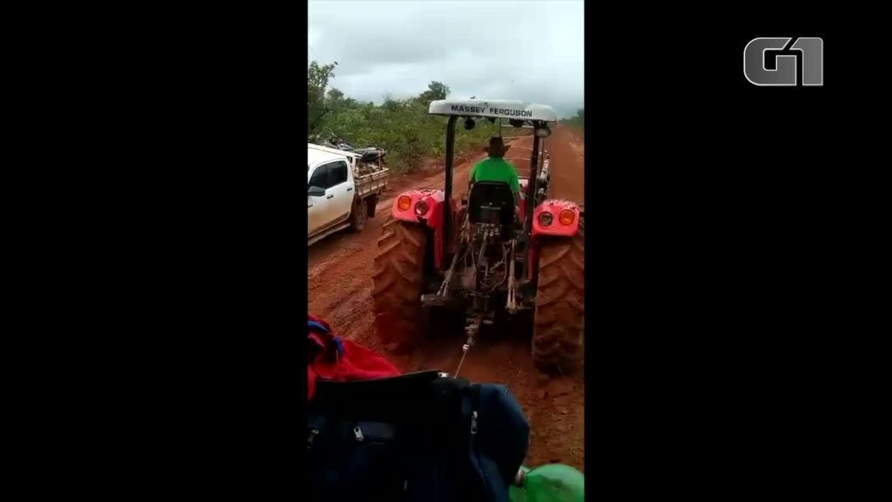Vídeo mostra ônibus sendo puxado por trator em estrada de terra