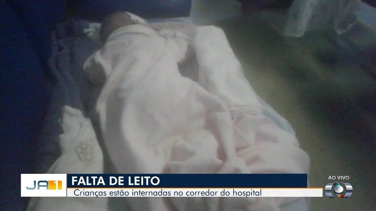 Bebê aguarda em cadeira no corredor de hospital por falta de vagas, em Goiânia