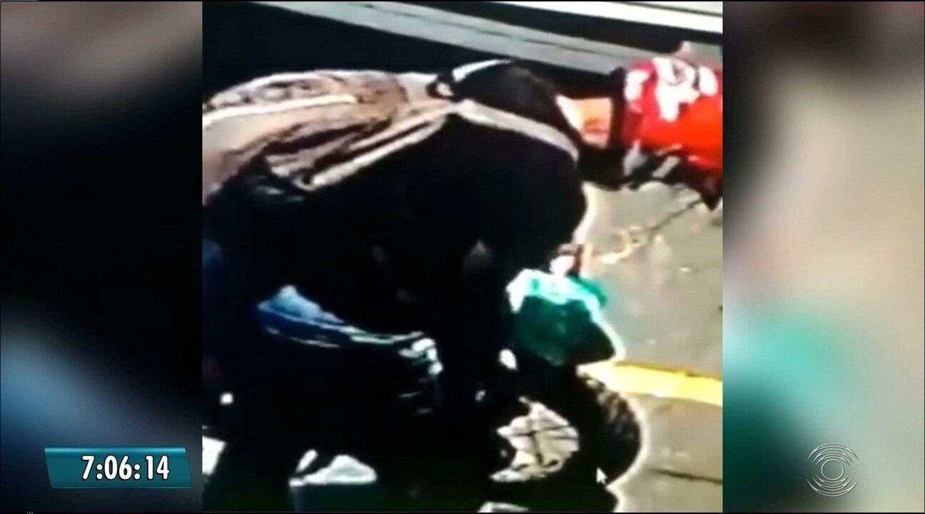 Homem cobre placa de moto antes de assaltar posto de combustíveis, em João Pessoa