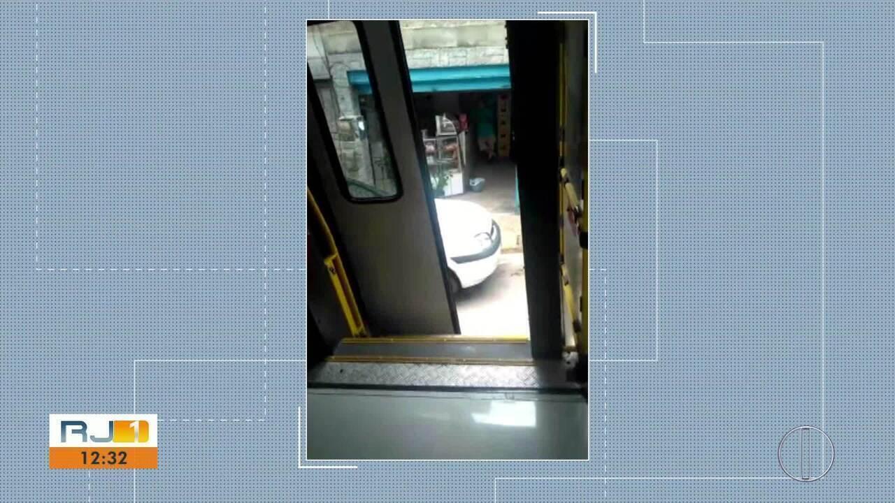 Em Petrópolis, RJ, passageira faz imagens de ônibus sem porta