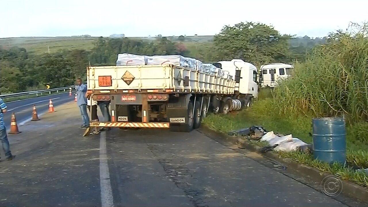 Acidente entre três caminhões deixa motorista morto na Rodovia Rachid Rayes
