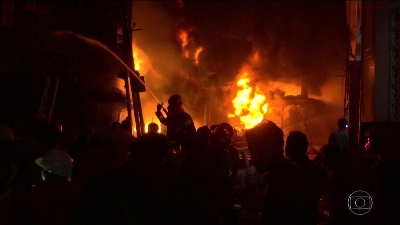 Incêndio em Dhaka, na capital de Bangladesh, deixa dezenos de mortos