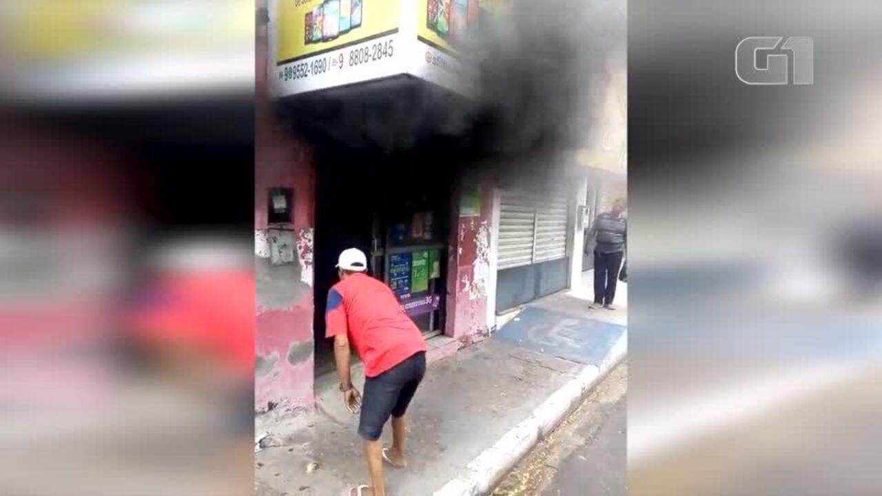 Resultado de imagem para Incêndio destrói loja de celulares no bairro Dirceu, Zona Sul de Teresina