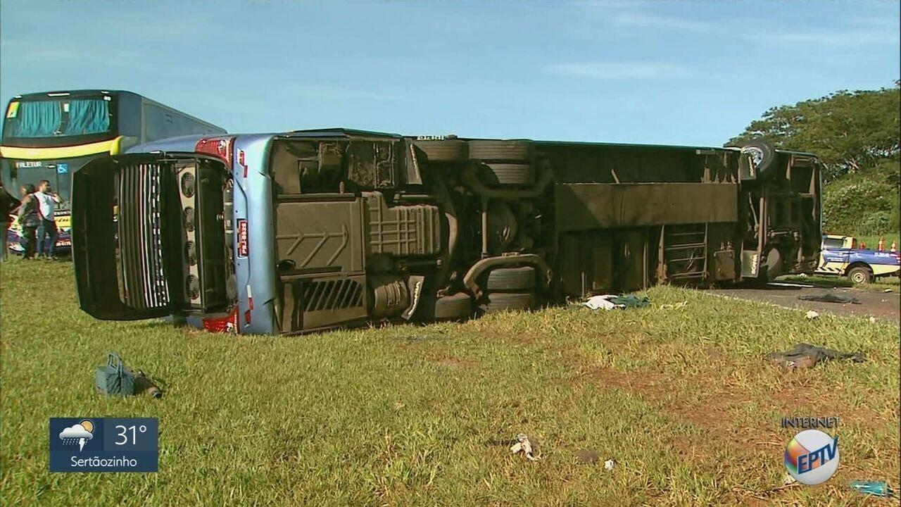 Ônibus tomba e deixa 15 feridos na rodovia Anhanguera em Orlândia, SP