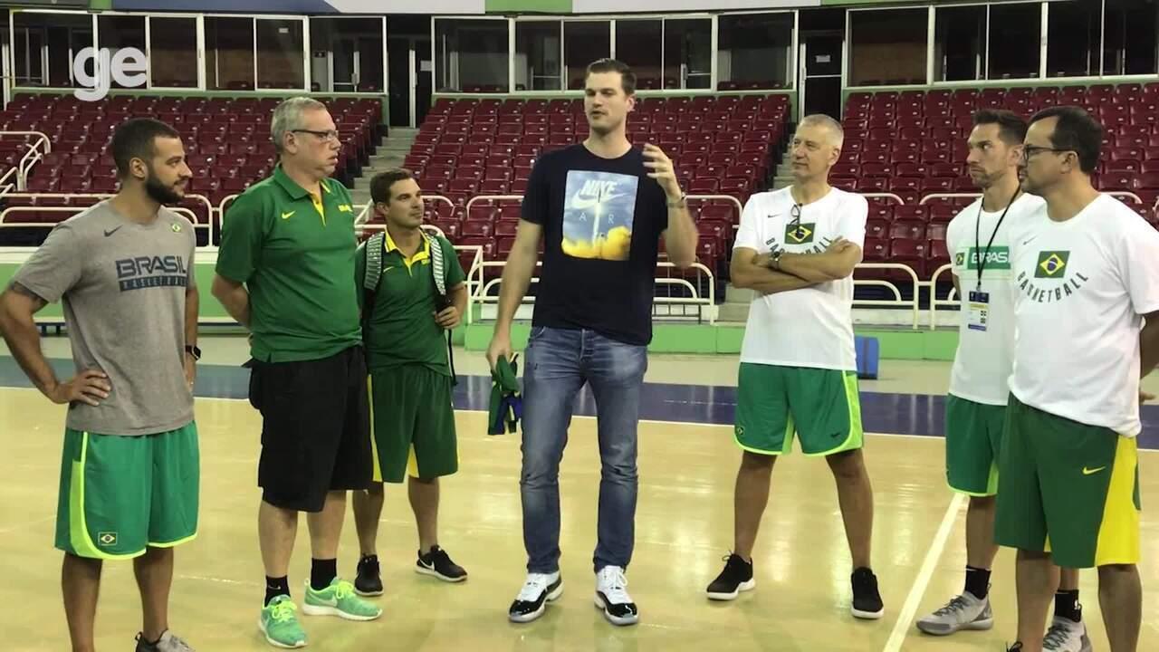 Tiago Splitter recebe homenagem e faz discurso emocionado em treino da seleção de basquete