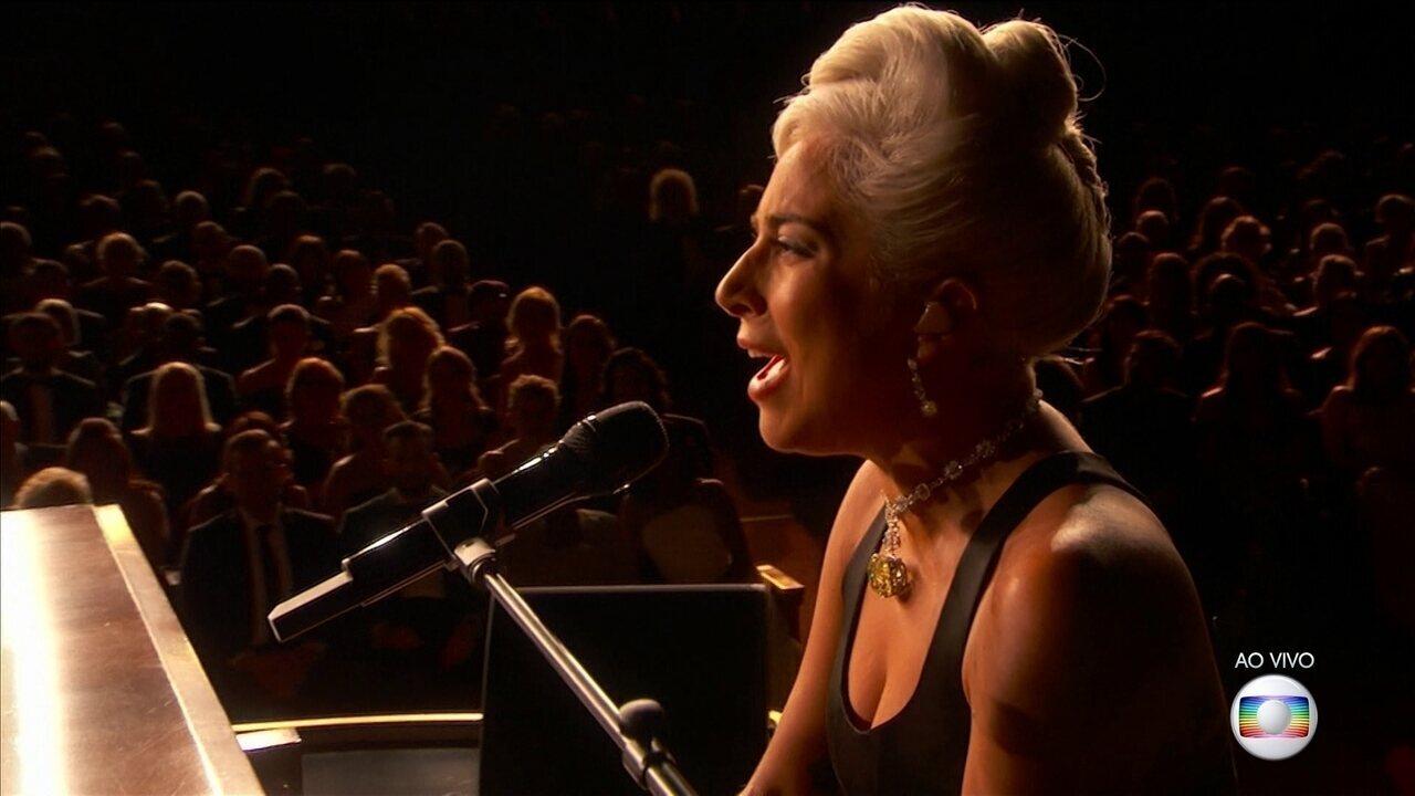 Lady Gaga e Bradley Cooper cantam