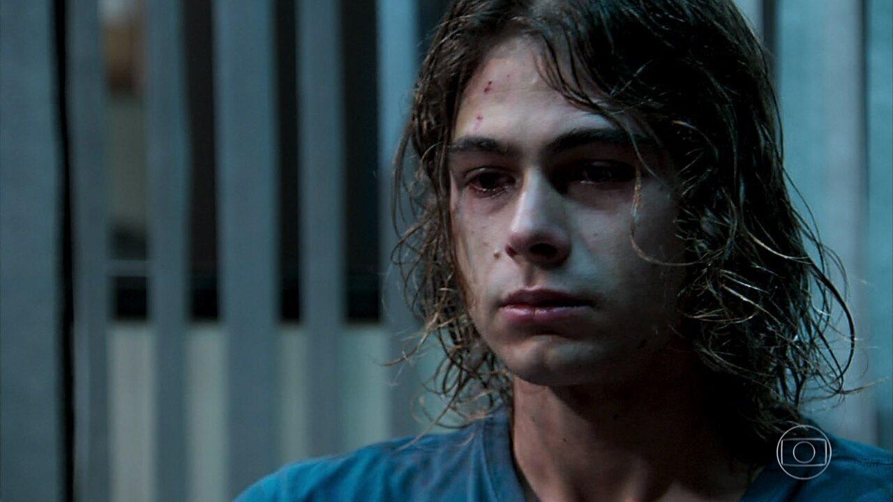 João (Rafael Vitti) se enrola ao dizer ao delegado que não chegou perto de Nicole (barbara França) na festa e é acusado de crime