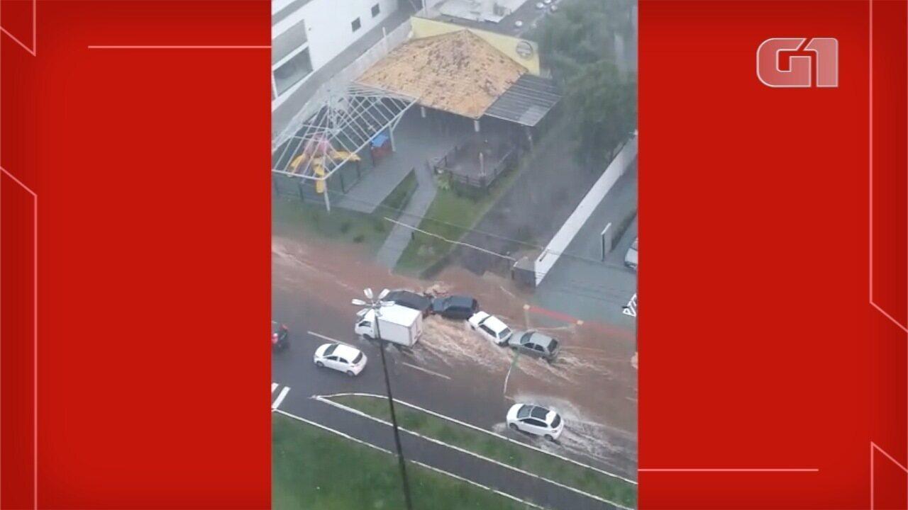 Motociclista é arrastado por força da água durante temporal em Campo Grande