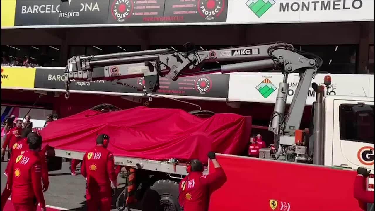 Carro de Sebastian Vettel é rebocado aos boxes da Ferrari