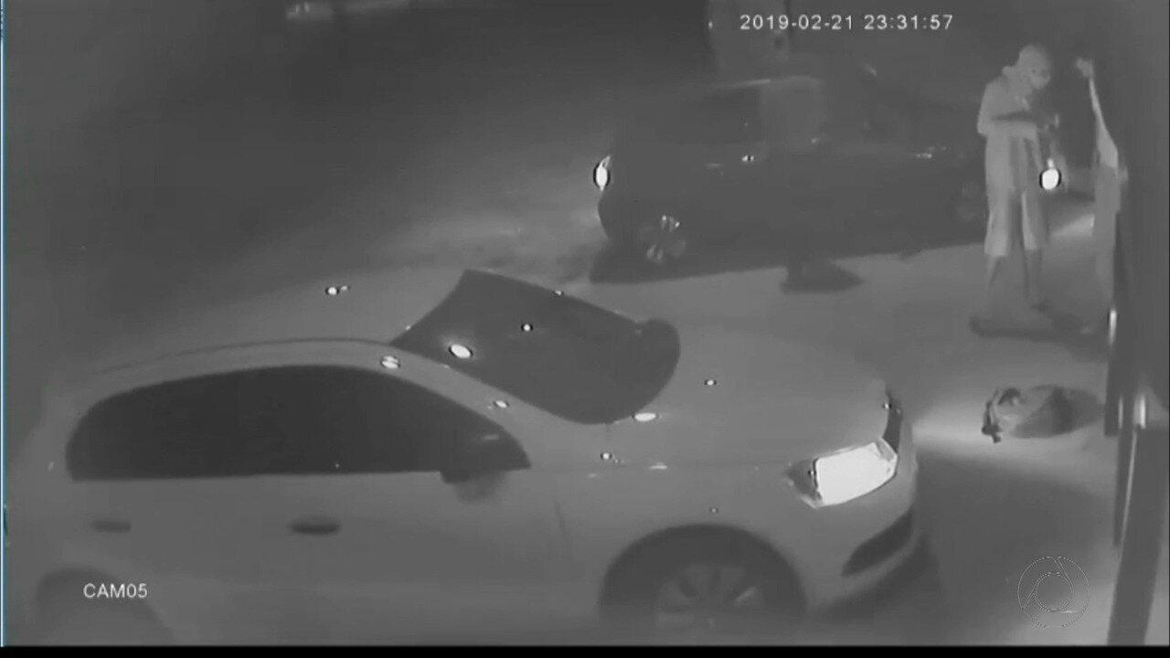 Câmera de segurança mostra assaltantes invadindo clube de tiro em João Pessoa