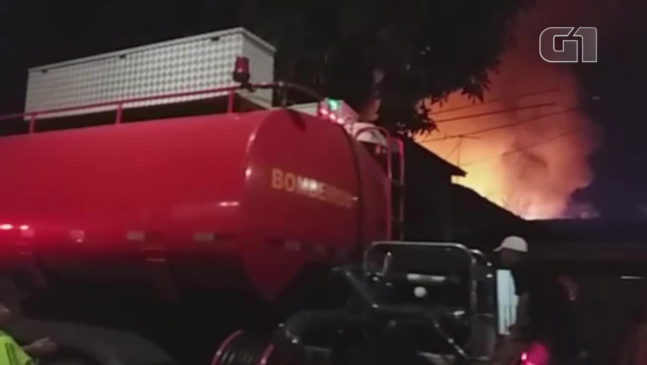 Bombeiros trabalham para controlar incêndio no bairro de Canudos, em Belém
