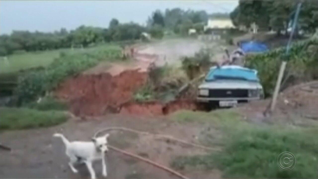 Carro é engolido por cratera aberta pela chuva em Echaporã
