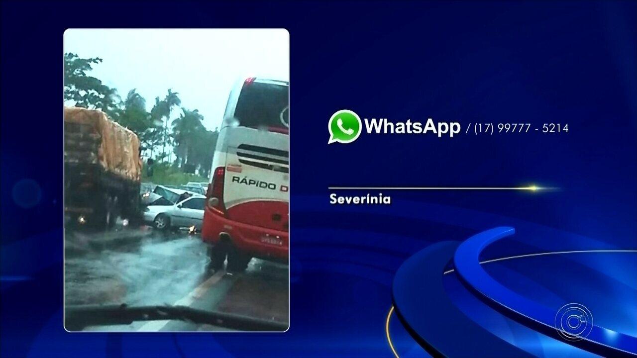 Motorista morre e outras três pessoas ficam feridas após carro bater em ônibus