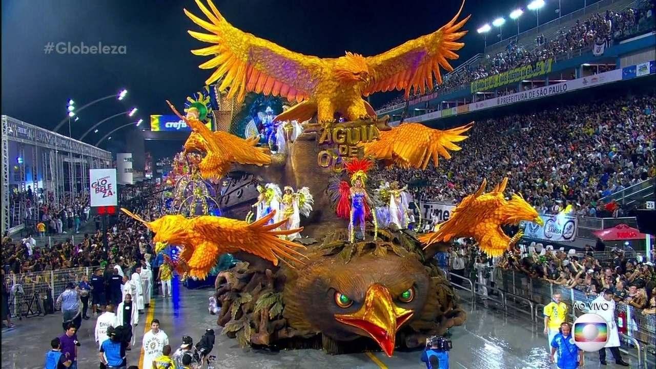 Carro abre-alas da Águia de Ouro traz caravela guiada por águias símbolo da escola
