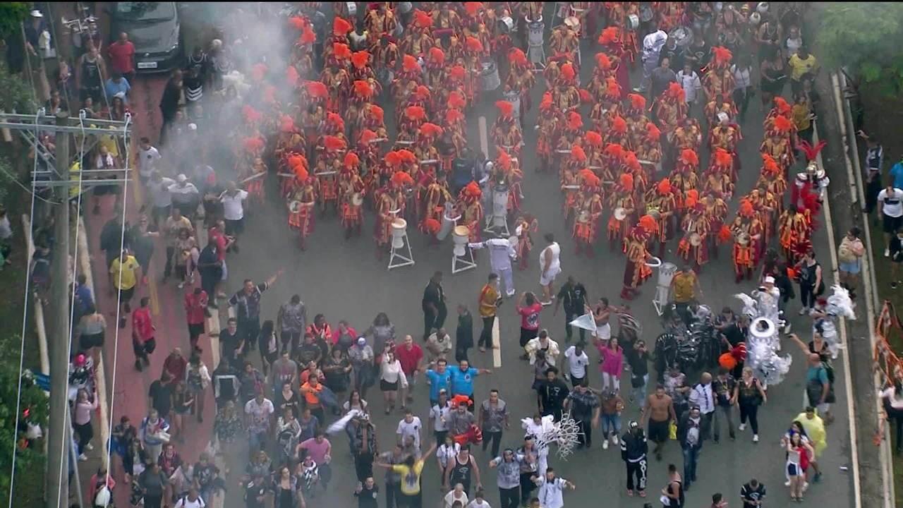 Bateria da Gaviões prolonga desfile pelas ruas de São Paulo