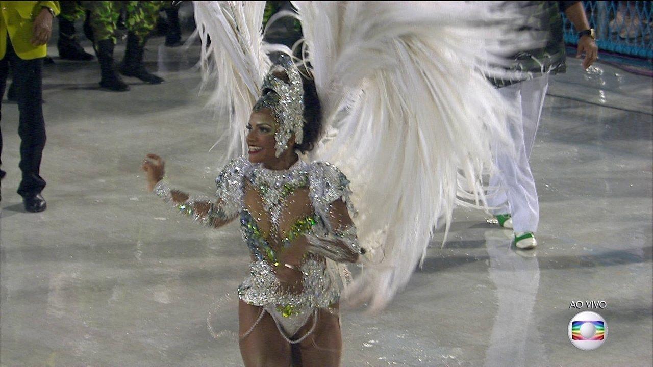 Rainha do Império, Quitéria Chagas, desfila com penas em forma de coração