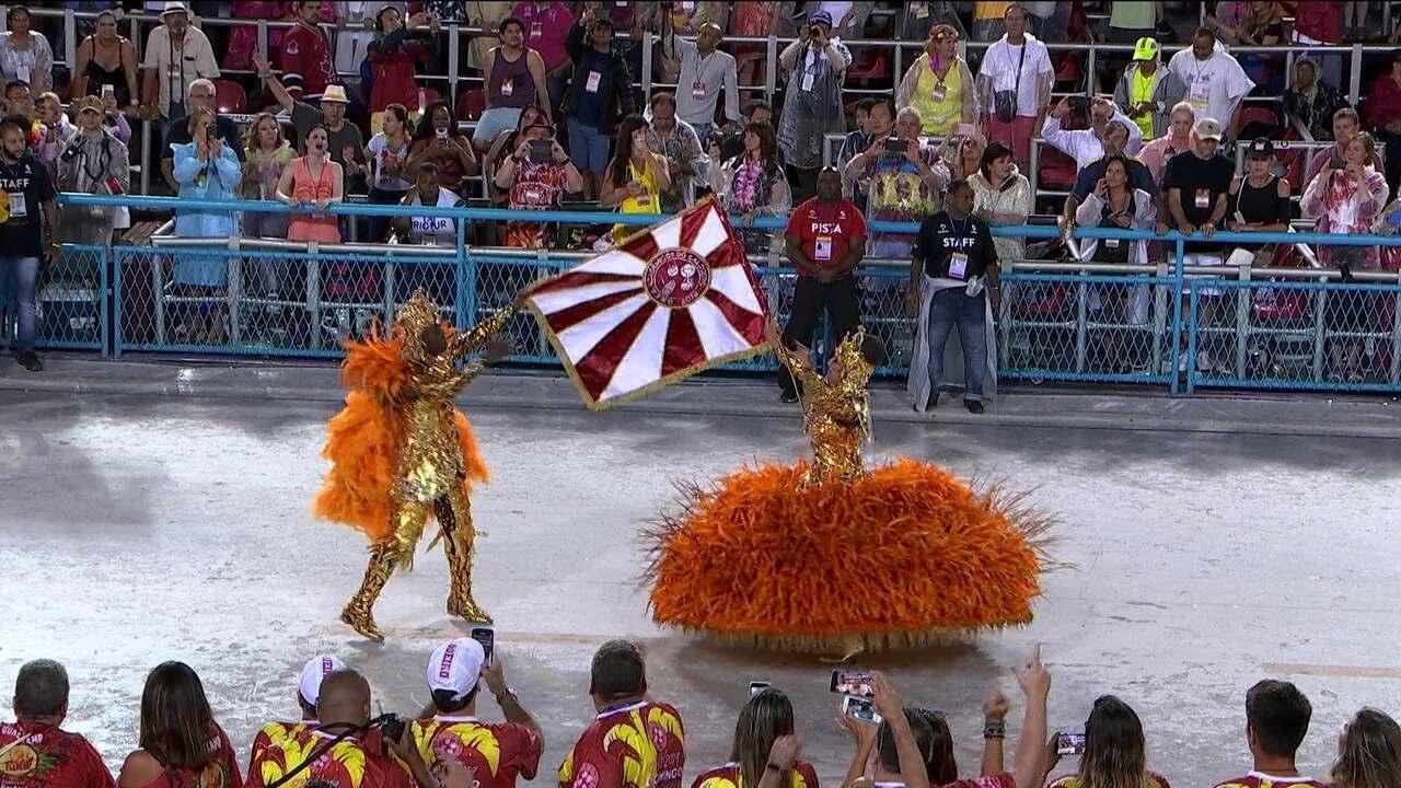 Mestre-sala e porta-bandeira do Salgueiro chegam com as cores do dendê