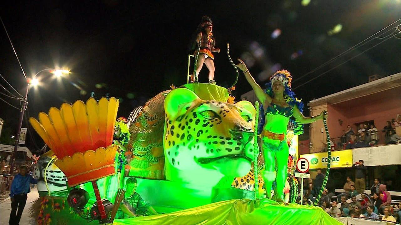 Desfile de carnaval surpreende em organização na cidade de Artigas, no Uruguai