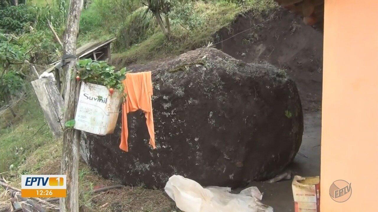 Pedra gigante rola e por pouco não atinge casa na zona rural de Ipuiúna (MG)