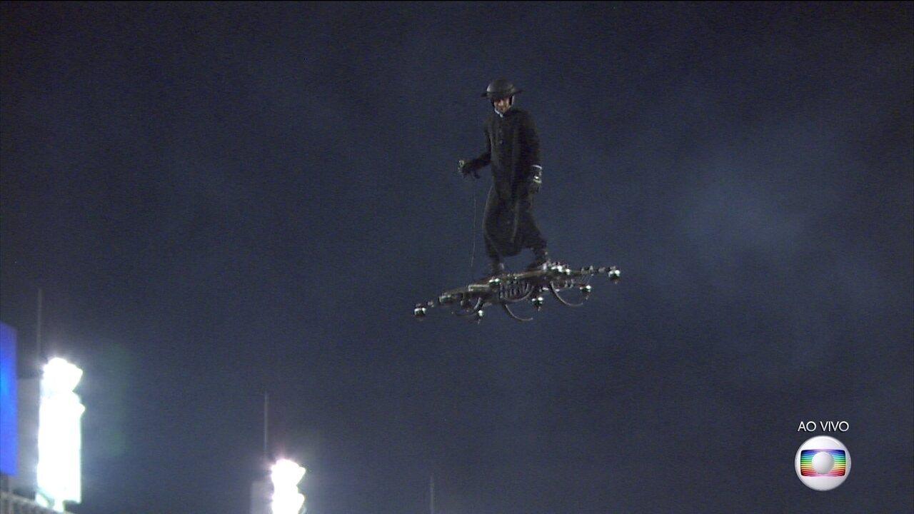 Homem voador surpreende na comissão de frente da União da Ilha
